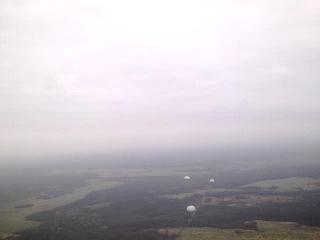 метёлкин в небе с парашютом....)
