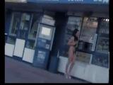 Девушка пробежала голышом по улице! Проиграла спор - плати