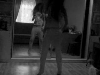 девушка хорошо танцует,прикольные движения в танце!