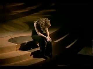 Очень чувственное видео люди поют вместо неё. Красивый ролик без спору!