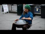 Уличный музыкант играет на Ханге