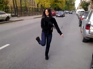 Кавказская девушка очень мило танцует=)