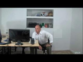 Жесткий прикол над офисным шутником