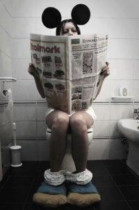 Одну молодую сидит в туалете баба огромный