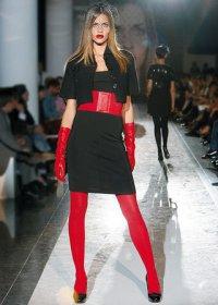 Многие известные дизайнеры использовали огненно-красные колготки...