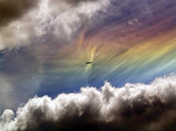 Радужное облако. Источником света, может быть не только Солнце, но и Луна . Иризацию можно увидеть на конденсационных следах самолетов , а еще — на верхней части кучево-дождевых облаков (на так называемой вуали или наковальне) ипредвещают о скором ухудшении погоды.