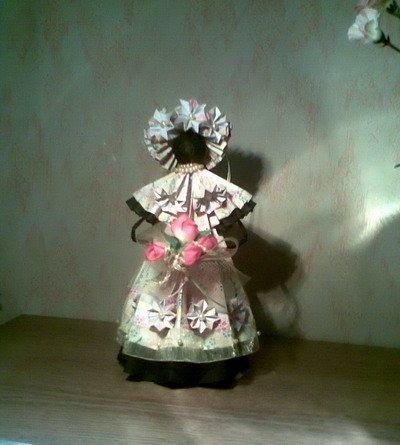 Две куклы и роза из бумаги