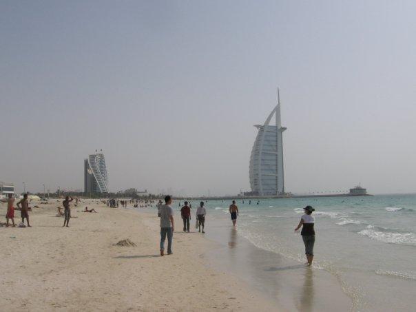 В Дубае за непристойное поведение на пляжах задержаны 79 человек. Преследо