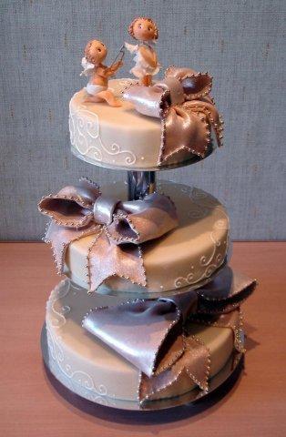 Традиция разрезания свадебного торта молодоженами сама по