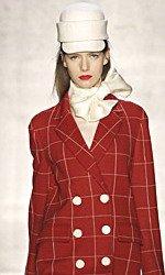 Хитом зимней коллекции Moschino 2008-2009 является жокейский стиль.