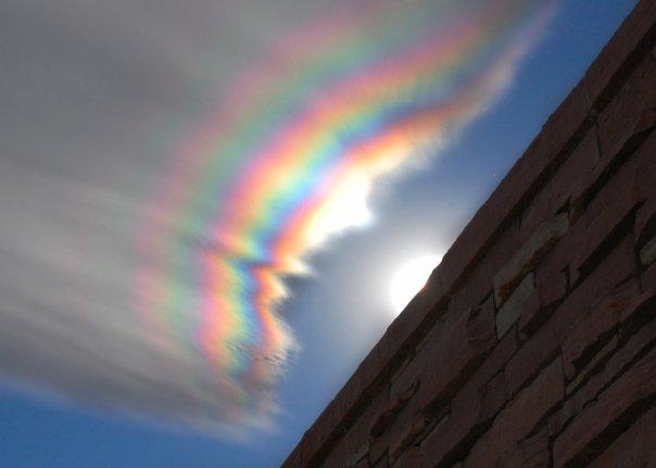 радужные облака над колорадским городом Боулдер США Радужные облака было на момент 2009 года довольно редким явлением, называемое радужные облака, которое порой может быть многоцветным, и иногда демонстрировать весь спектр в один момент. Эти облака состоят из мельчайших водяных капелек примерно одинаковых размеров. Когда Солнце находится под определенным углом и почти скрыто толстыми облаками, более тонкие облака преломляют солнечный свет когерентно, так что разные цвета отклоняются по-разному. Таким образом, лучи света различных цветов приходят к наблюдателю с немного разных направлений. Многие облака могли бы выглядеть как радужные и могли бы быть разноцветными, но оказываются слишком толстыми, либо слишком перемешанными, либо слишком далеко от Солнца.
