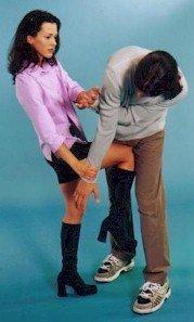 Женщина бьет мужчину сапожками с каблуками по яйцам
