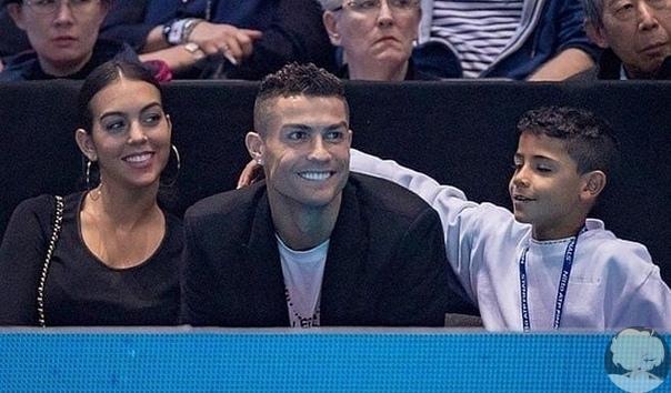 Криштиану Роналду и Джорджина Родригес со старшим сыном в Лондоне на теннисном турнире ATP между Новаком Джоковичем и Джоном Изнером.
