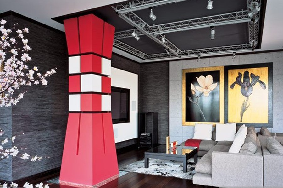 Несущая колонна в интерьере гостиной