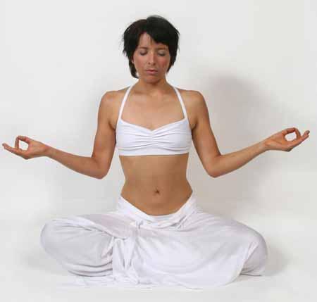 Динамическая медитация требует среды, в которой человек может чувствовать себя комфортно, выражая инстинктивные звуки и движения.