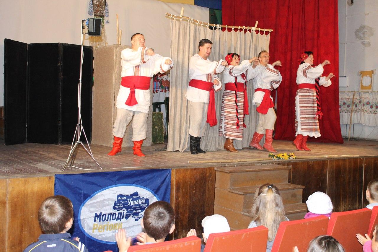 Молоді регіонали завітали до мешканців села Дернів з ляльковою виставою