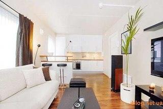 Исправить слишком маленькую и очень тесную комнату, добавить ей видимый объём, поможет замена старой массивной двери...