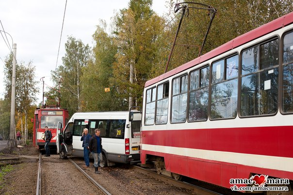 Маршрутка заблокировала трамвай