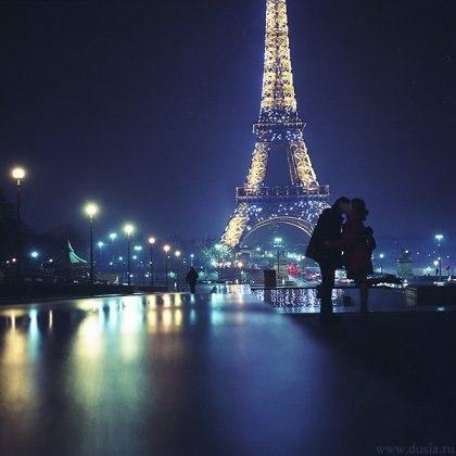 Она весной мечтает о Париже,