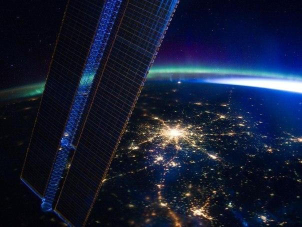 фото москвы из космоса ночью