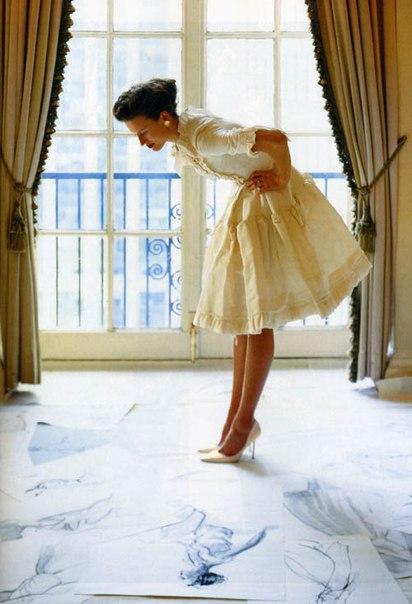 Модель этого ретро-платья в качестве основы используют дизайнеры.