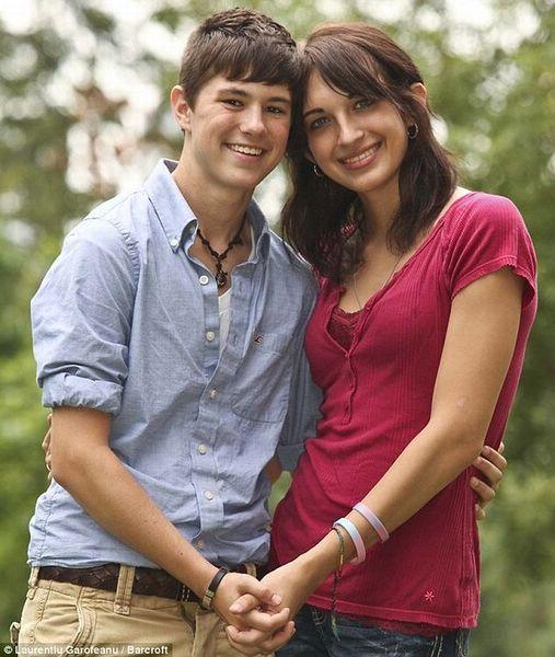 Странная влюбленная парочка.   Как вы думаете, что не так с этой влюбленной парочкой? 17-летнего парня зовут Арин Эндрюс, а его 19-летнюю возлюбленную - Кэти Хилл, и у них есть один секрет, который вы узнаете далее...