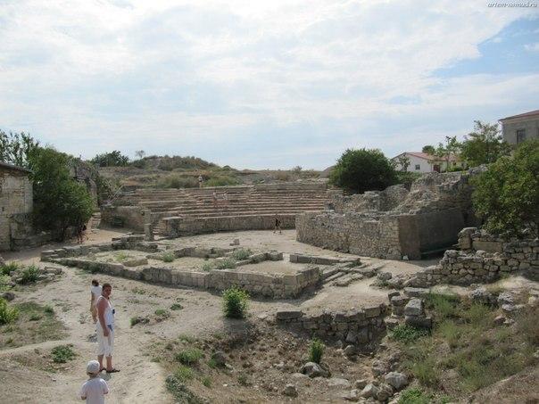 Античный театр и средневековый храм
