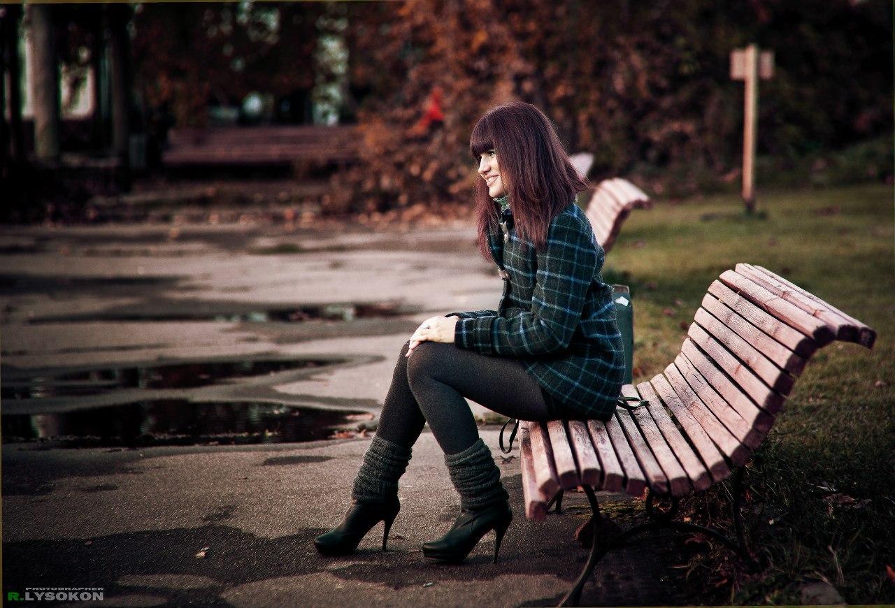 Фото женщин на скамейке 12 фотография