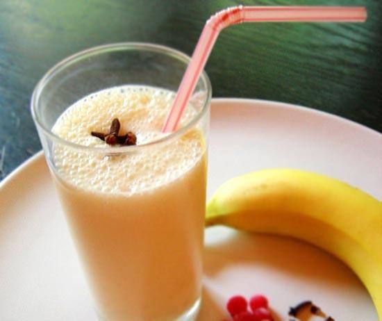 Не приторно-сладкий, банановый коктейль - отличный выбор в жаркую погоду.