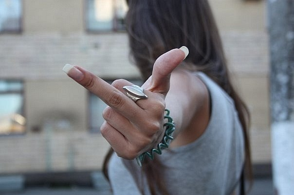 фото девушек с пальцам