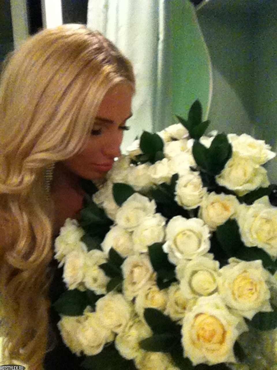 Картинка блондинка с букетом цветов 1