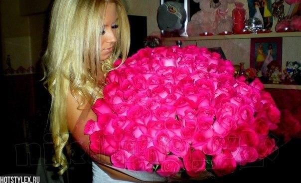 картинки блондинка с цветами: