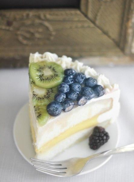 Белый праздничный торт