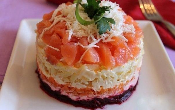 300г (приблизительно) филе малосольной сёмги 1-2 луковицы 2 варёных яйца 1 отваренная крупная морковка 2 отваренных свеклы 2 отваренных картофелины 100-200г майонеза зелень по желанию и вкусу