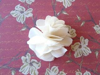 Поддеки из бумаги и прочего:Как сделать цветы из ткани своими руками.