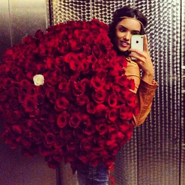 Фото девушек с розами