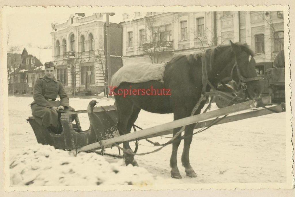 Німецький солдат на вулиці Соборній (район квіткового ринку