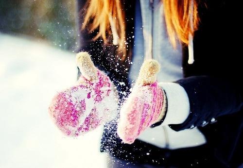 хочу как в детстве: дутые теплые штаны, колготки в цветочек, две шапки на голову, варежки на веревке вязанные, теплую пуховую куртку, глупые мысли и радоваться снегу и зиме)