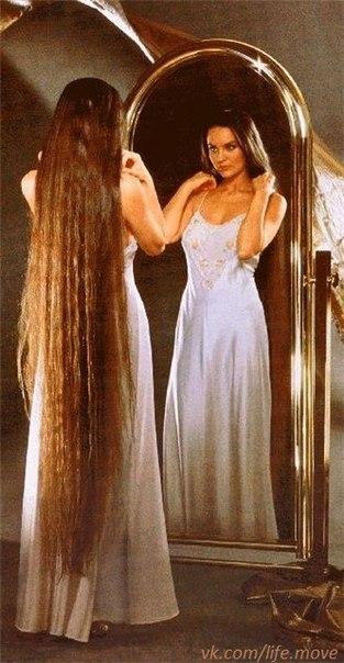 Муж расчесывает волосы жене