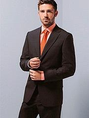 темно-коричневый однотонный костюм.