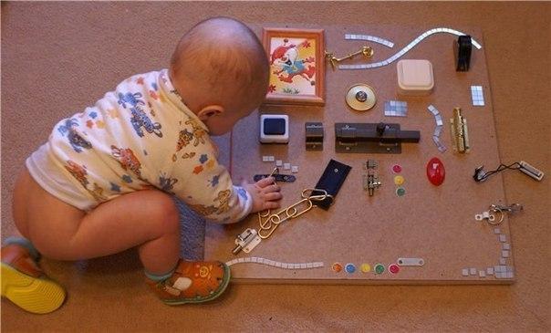 Идея, которую воплотили уже многие папы и мамы — игровая панель из всевозможных кнопочек и вертушек, которые раньше без дела лежали в коробке с инструментами.