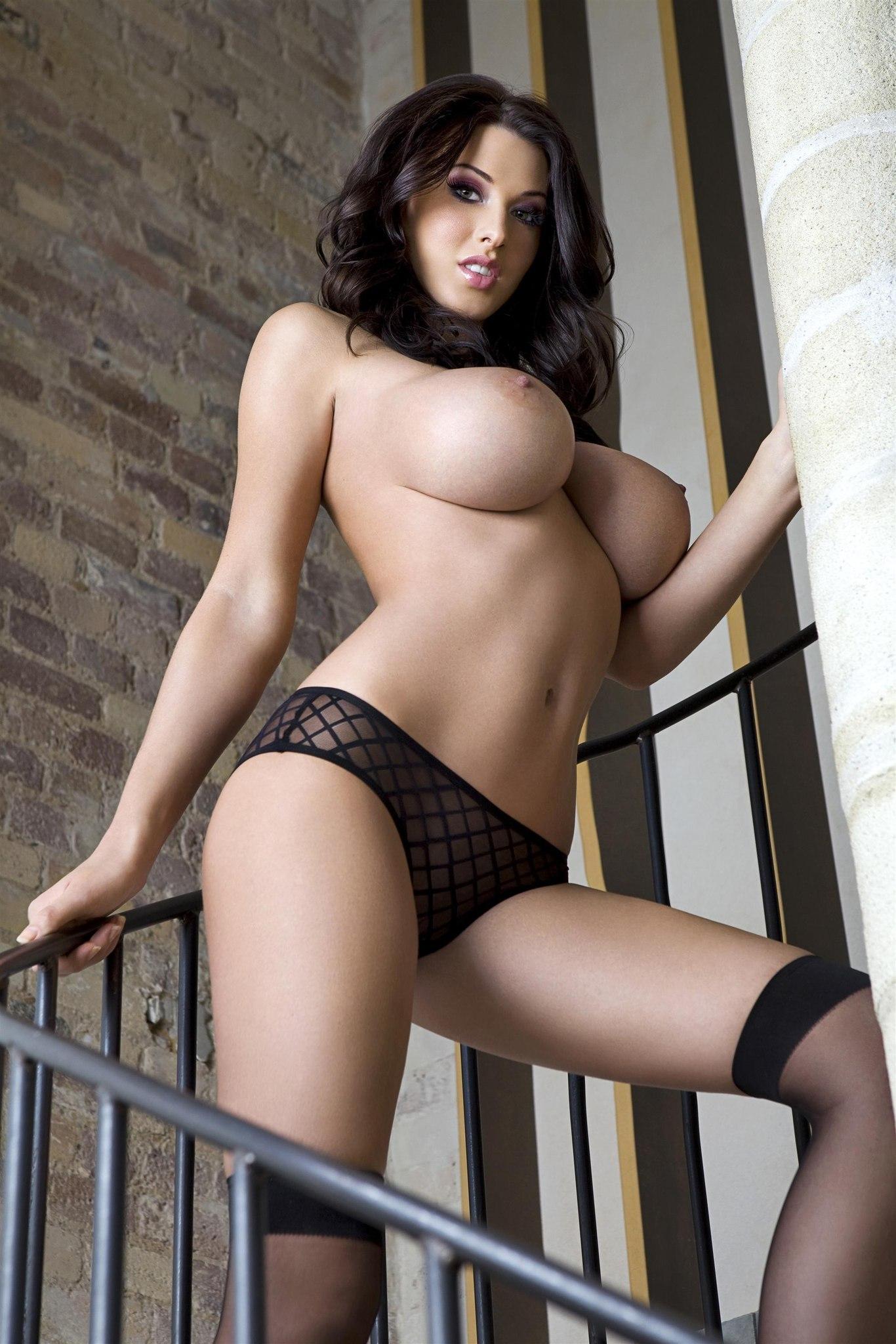 Фото эротика брюнетка с большой грудью 1 фотография