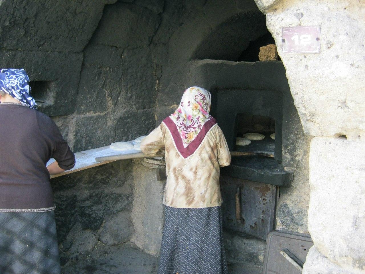 В Турции порой местные женщины пекут лепёшки в печах