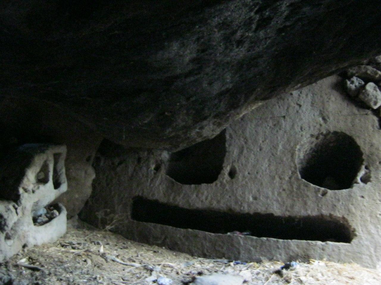 Гюзельюрт (Каппадокия). В одной из пещер близ жилых домов... Эти углубления были сделаны для хознужд. Например, для закладки туда сена, чтобы скотина кушала... В итоге получилось 2 субъекта, похожих на лица неких существ.