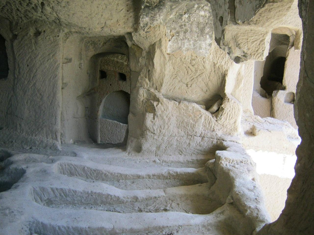 Одно из выдолбленных в скале помещений в Каппадокии