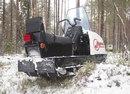 """...стандартной конструктивной схеме  """"1 лыжа + 2 гусеницы """" имеет 4-тактный 2-цилиндровый карбюраторный двигатель..."""