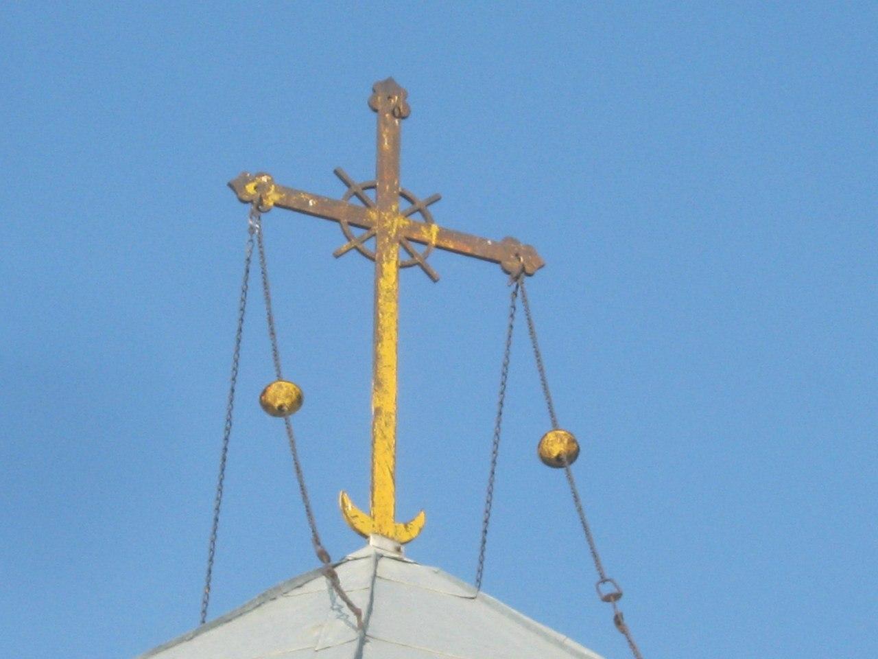 На куполе церкви оригинальный крест