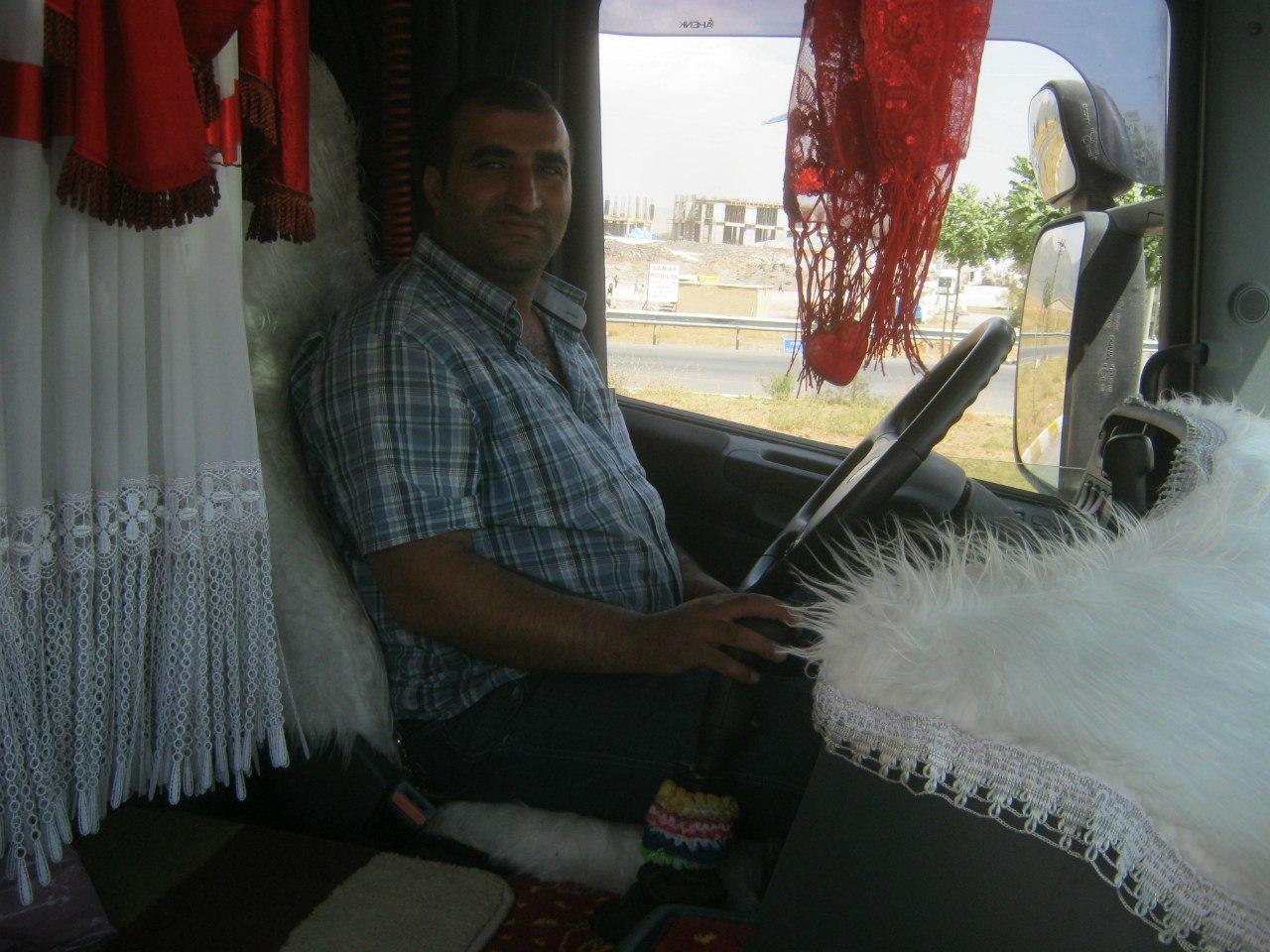 ковры на полу кабины турецкого грузовика