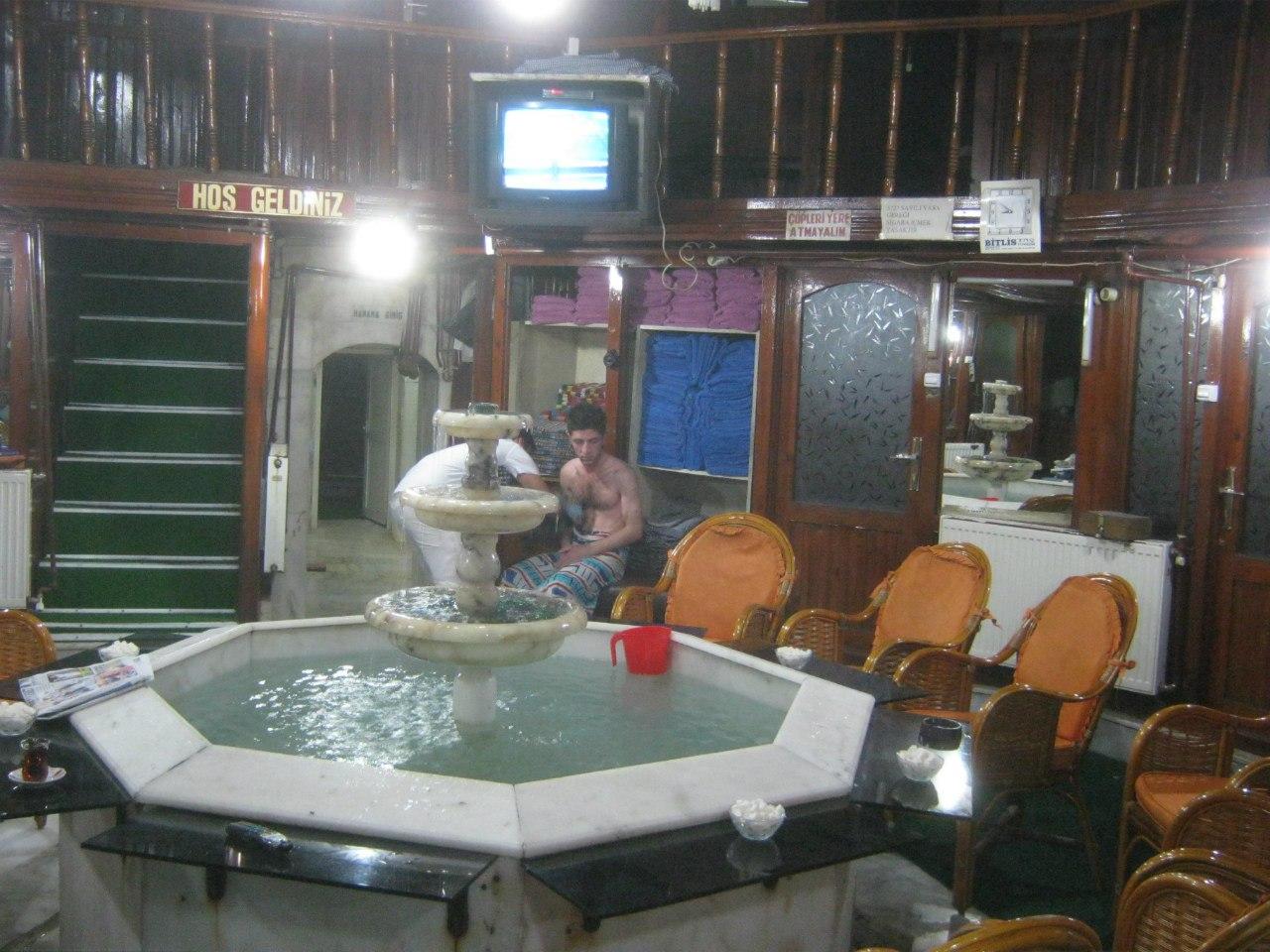 Внутри старинной бани (с фонтаном) в Турции