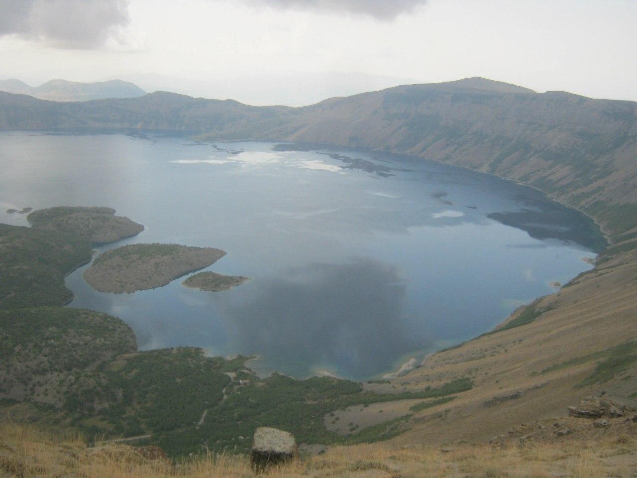 озеро в кратере вулкана Немрут